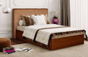 Кровать с каркасом из дерева